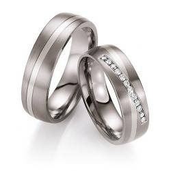 Pár snubních prstenů v kombinaci titanu se zlatem