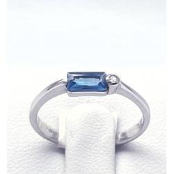 Prsten z bílého zlata modrým kamenem